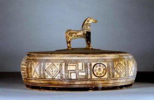 Аттическая керамика с геометрическим рисунком Свастики. 760-750 гг. до н.э. Penn Museum, Philadelphia.