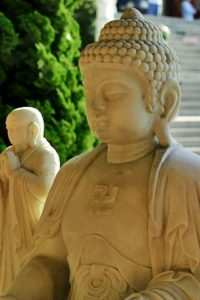 Свастика на статуе Будды.