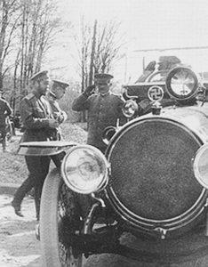 Свастика на капоте автомобиля царя Николая II.