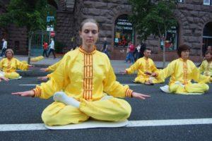 Последователи Фалуньгун выполняют упражнения