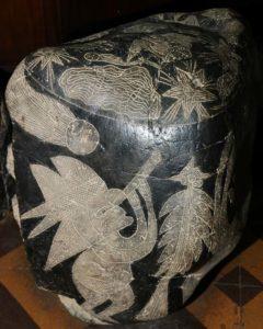 На некоторых камнях изображены люди с телескопом.
